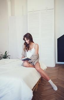 Красивая девушка читает книгу