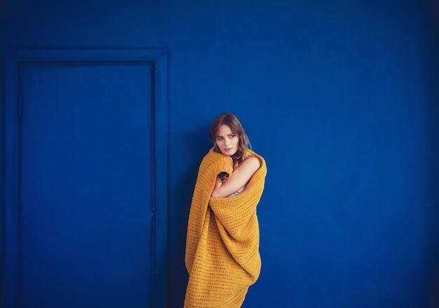 暖かい柔らかいウールの毛布で覆われている女性