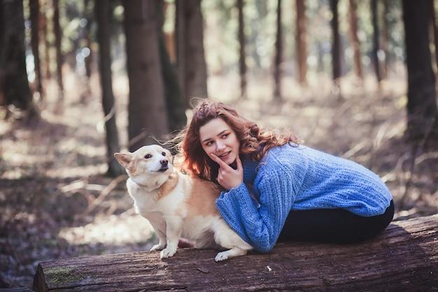 Женщина играет со своей собакой