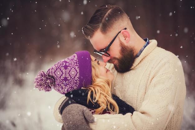 Счастливая пара в зимнем парке