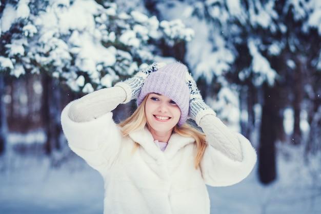女性が雪の背景にポーズ