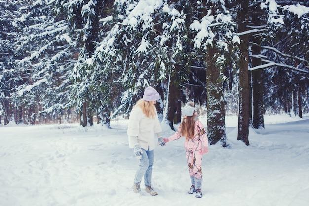 冬の森でママと娘