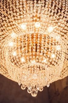 吊り下げ式の明るいシャンデリア