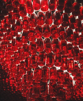 Много бутылок красного вина