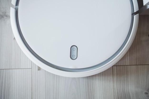 Белый робот пылесос