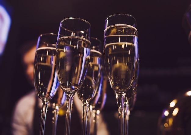 Много бокалов с шампанским