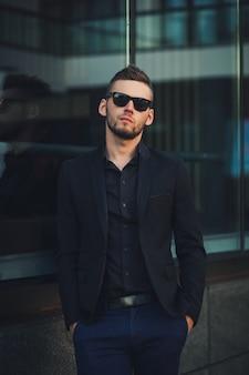 Уверенный молодой успешный человек в костюме