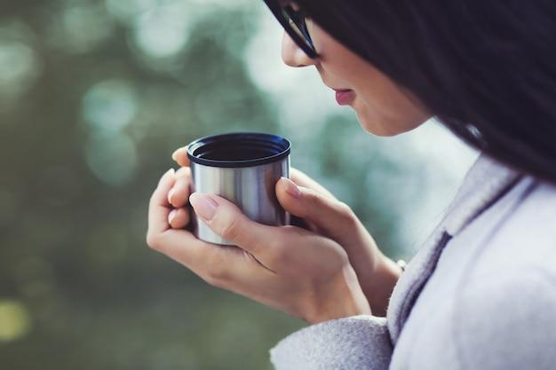 お茶を一杯の女性
