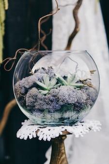 花で飾られた結婚式