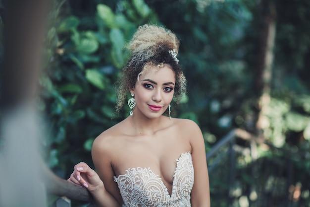 花嫁は長いウェディングドレスです。