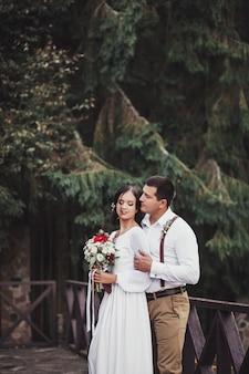 Мужчина в рубашке и женщина в свадебном платье