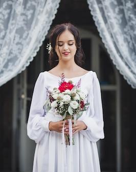 Невеста держит красивый букет