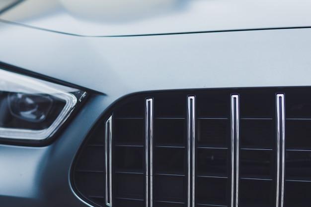 Вид спереди на спортивный автомобиль с фарами