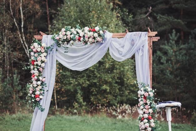 Красивая свадебная церемония на открытом воздухе