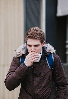 Эпидемический коронавирус. человек в маске в городе