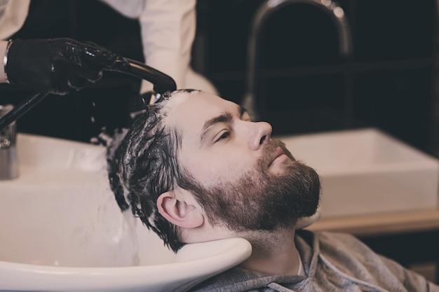 Человек в парикмахерской