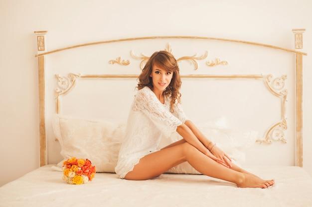 ベッドの上に座っている美しい女の子