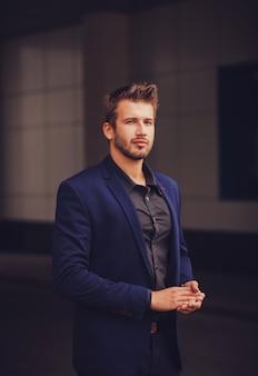 Красивый молодой бизнесмен
