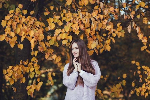 秋の公園で女性