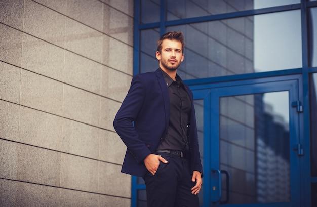 スーツを着たビジネスマンの肖像画