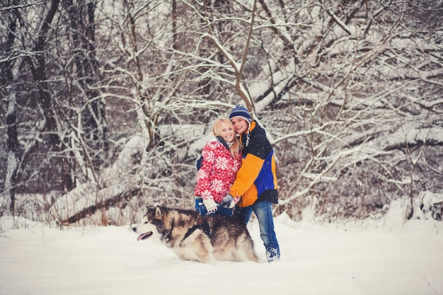 Счастливая пара стоит с собакой