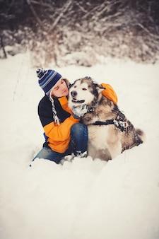 ペットの犬と飼い主の男