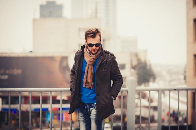 Модный красивый молодой человек