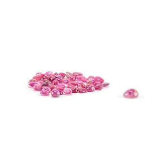 白で隔離されるピンクの小石のクローズアップ山