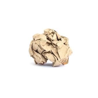 Бумага крупного плана скомканная коричневым цветом изолированная на белизне с путем клиппирования