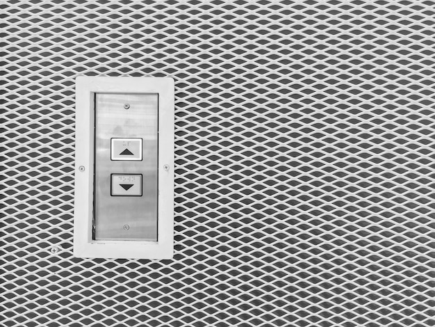 Кнопка лифта поверхности крупным планом на стальной стене