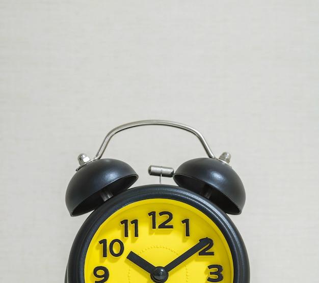 壁に時計のクローズアップ部分