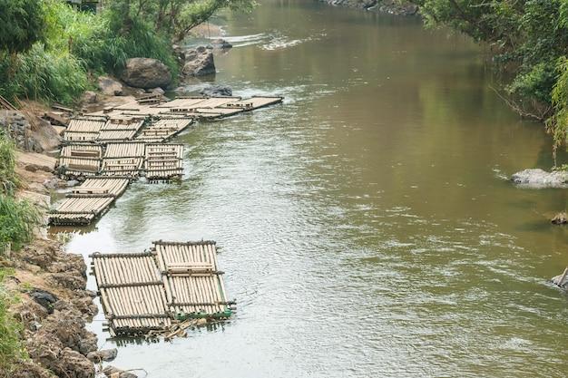 運河の背景の側にクローズアップ多くの木製いかだフロート
