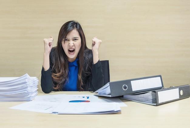 働く女性の仕事の概念での作業紙とドキュメントファイルを扱う準備ができて