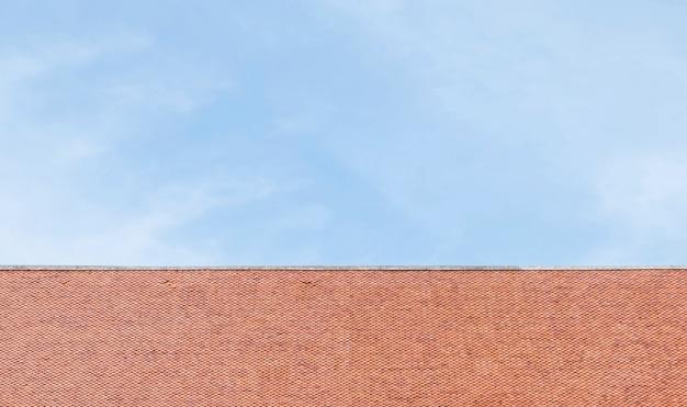 青い空を背景に寺院のクローズアップの茶色の屋根