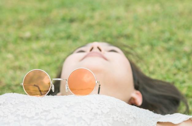 Солнцезащитные очки крупным планом на размытом теле женщины