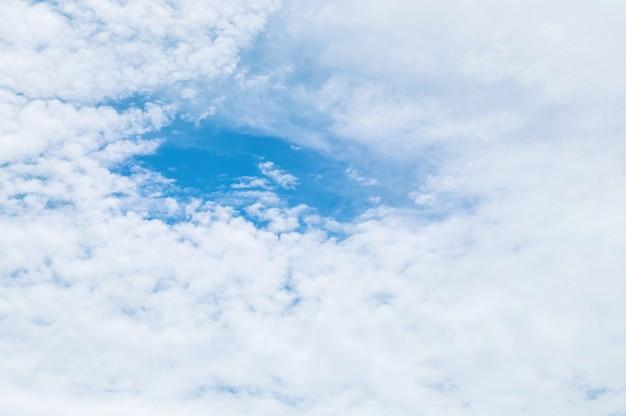 青い空と曇りの日のテクスチャ背景の雲