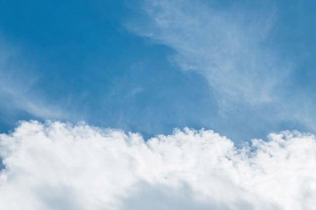 クローズアップ美しい青い空と曇りの日のテクスチャ背景の雲