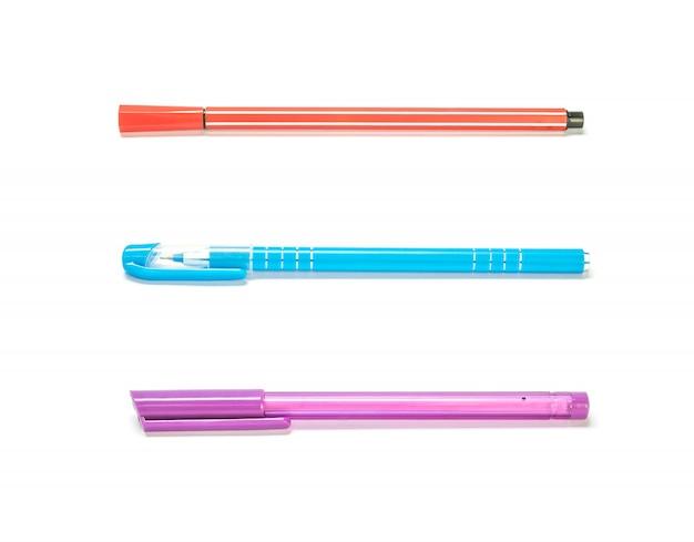 白で隔離されるクローズアップカラフルなペン