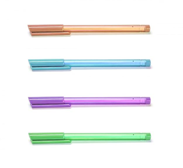 Цветные ручки крупным планом на белом фоне