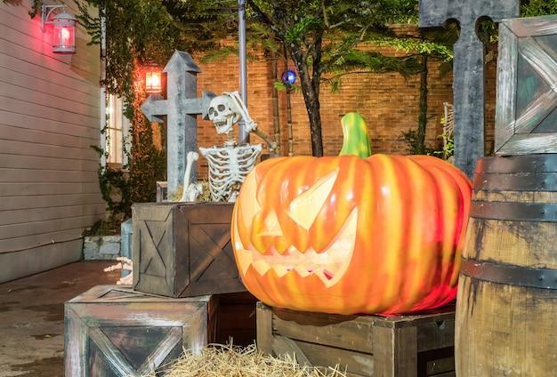 Украсьте сад в концепции хэллоуина в ресторане ночью