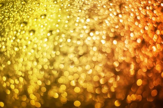 Абстрактный размытый желтый свет от капли воды на фоне боке ветрового стекла