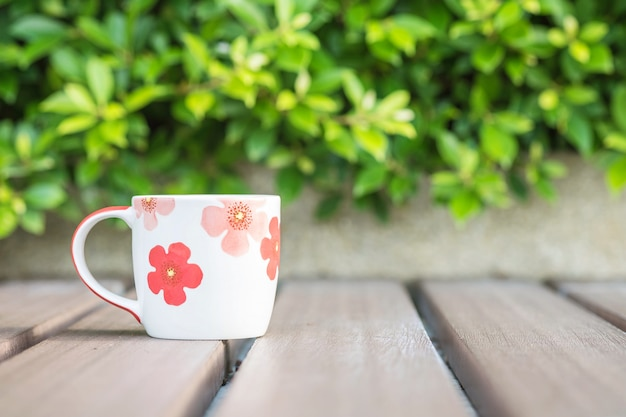木製のテーブルの上のコーヒーのクローズアップカップ