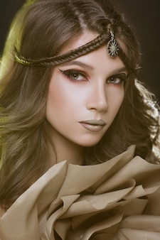 Красивая фотомодель девушка с золотой макияж.