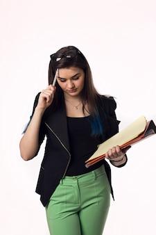 Красивая брюнетка студент молодая женщина в черной куртке с бумагами