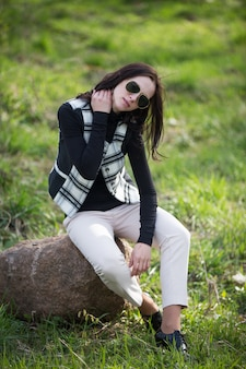 Барышня в клетчатой куртке и черных очках