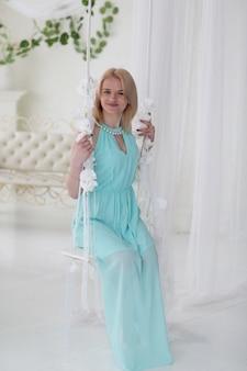ギリシャのドレスを着た金髪の女性