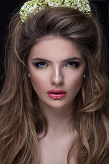 美しいスタイリッシュな髪型を持つ少女