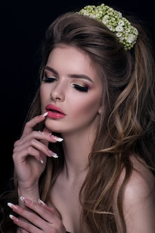 彼女の髪に花を持つファッションの女の子