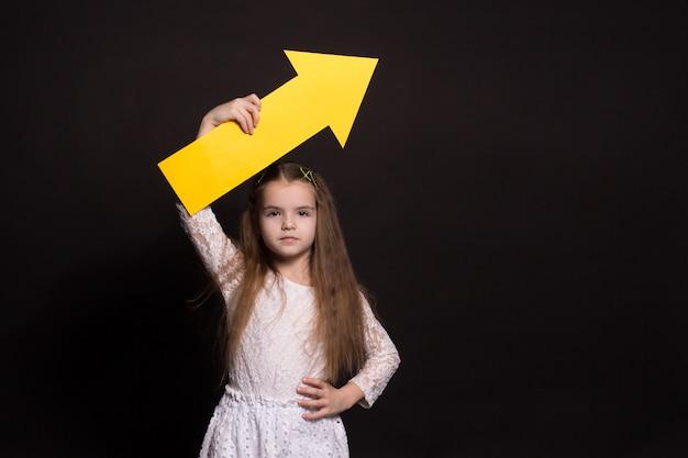 Портрет молодой девушки с большой стрелой