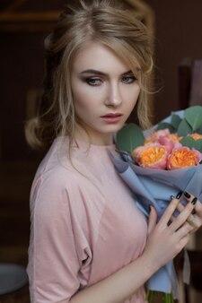 Портрет красивой девушки с цветами